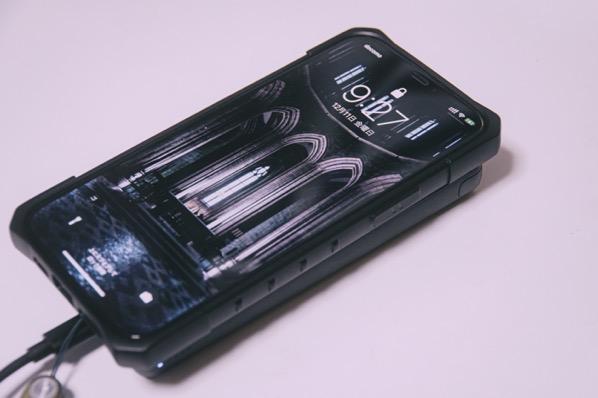 実際にiPhoneにqiで充電しているところ